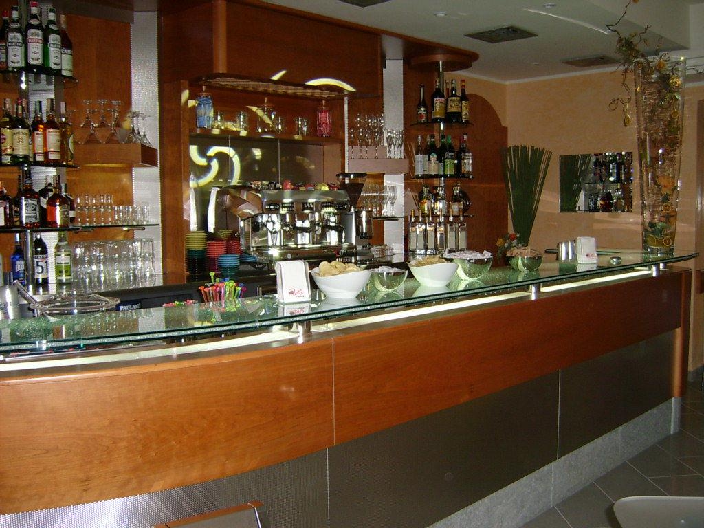 Arredamento bar milano arredatori in stile classico o for Arredamento moderno bar
