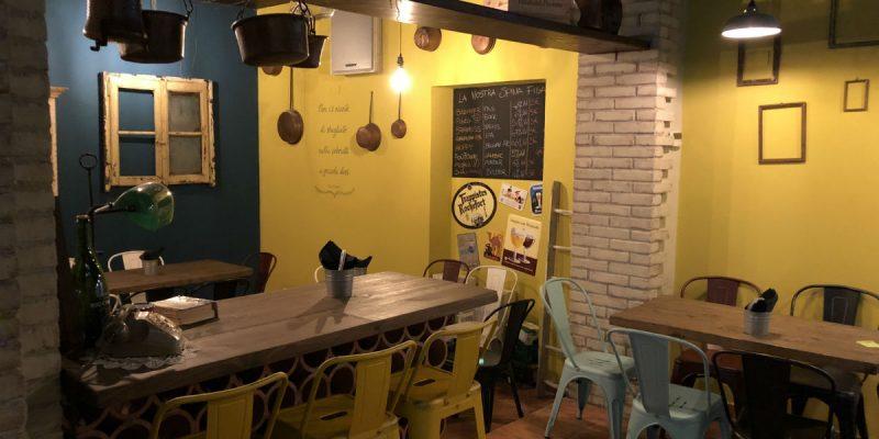Arredamento pub e birrerie banchi frigoriferi tavoli for Arredamento per piccoli ambienti