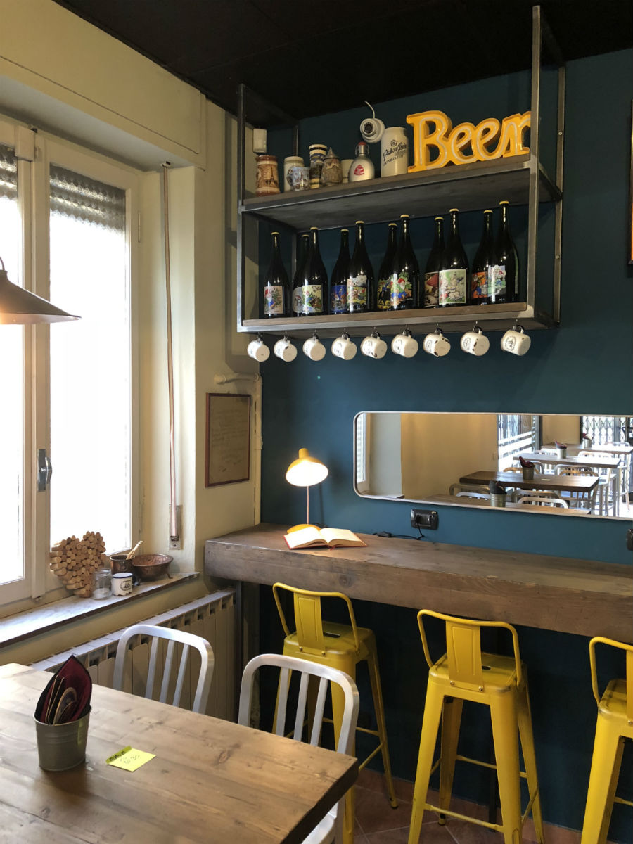Arredamento pub e birrerie banchi frigoriferi tavoli sedie for Pub arredamento