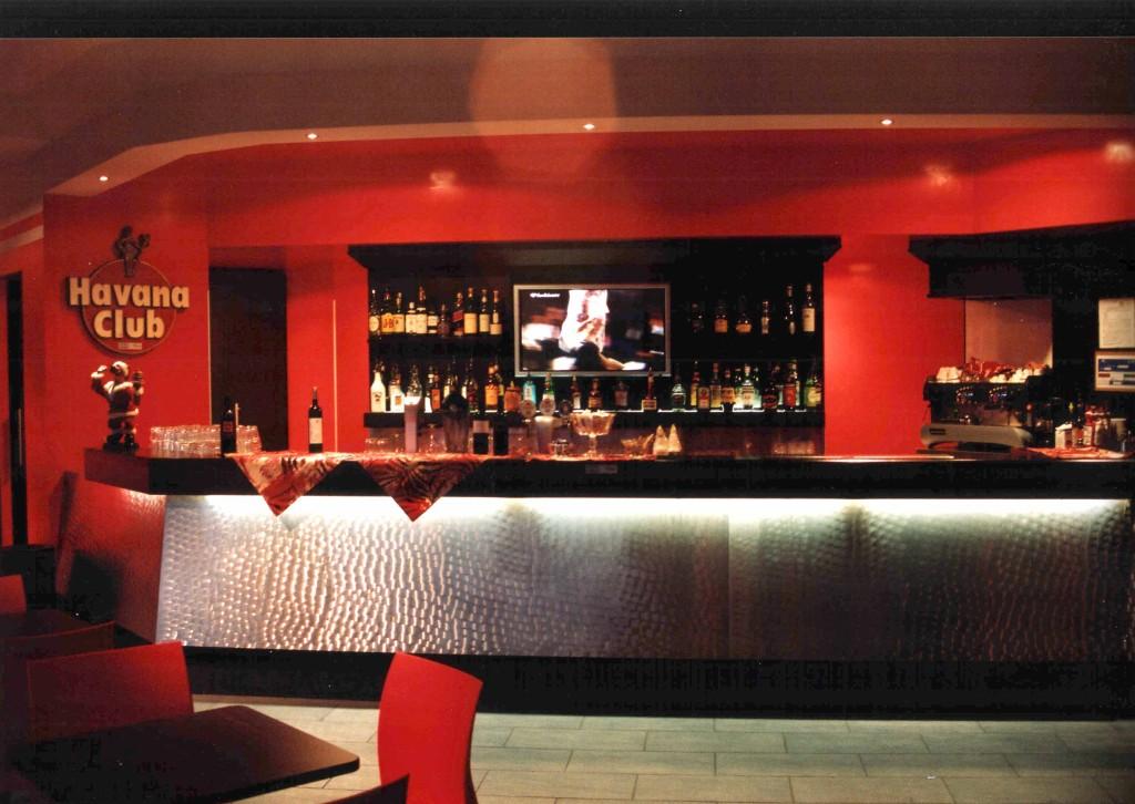 Arredamento bar brescia tavoli sedie banchi e altre for Negozi tavoli milano