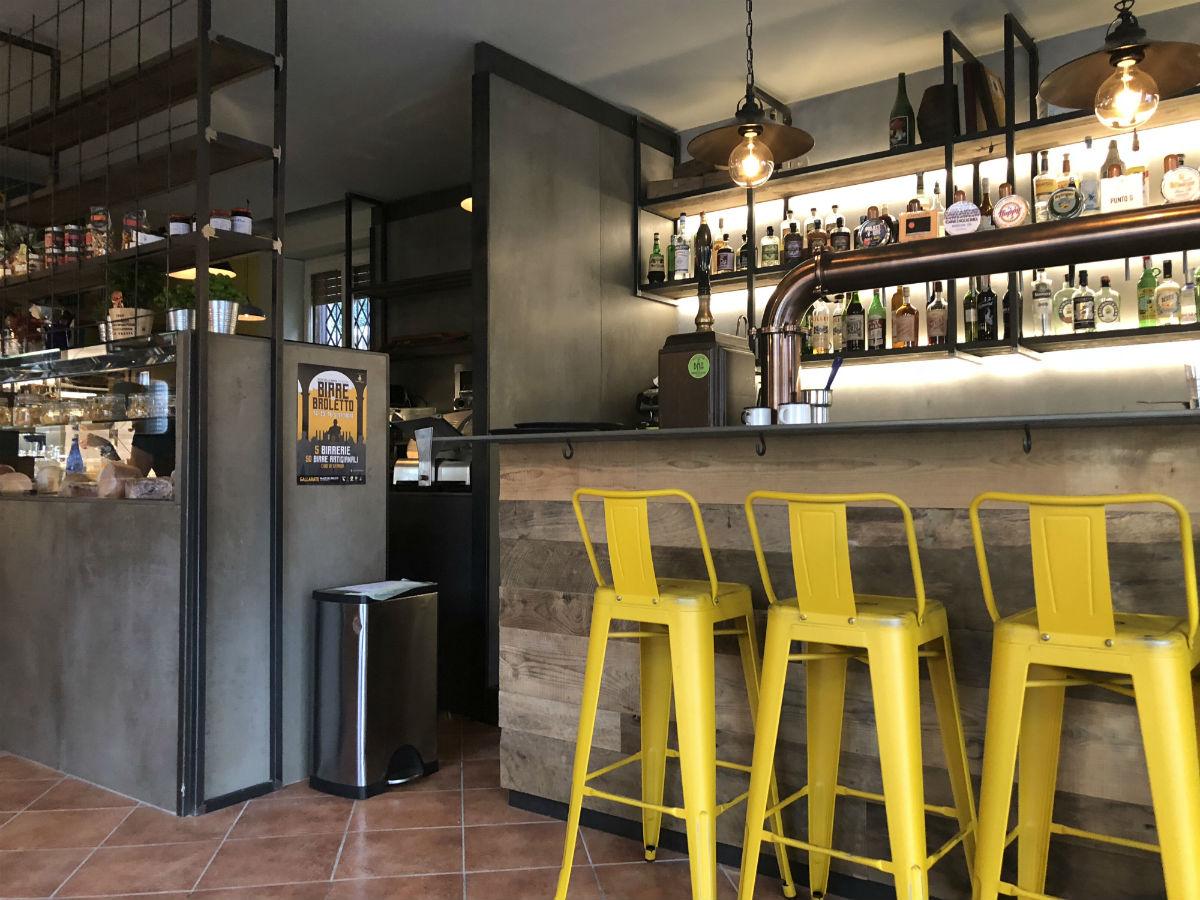 Arredamento pub e birrerie banchi frigoriferi tavoli for Arredamento per pub e birrerie